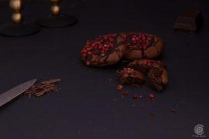 Schokoladen Cookie mit rosa Beeren