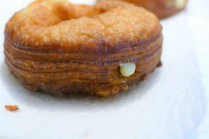 Frisch gefüllter Crownut