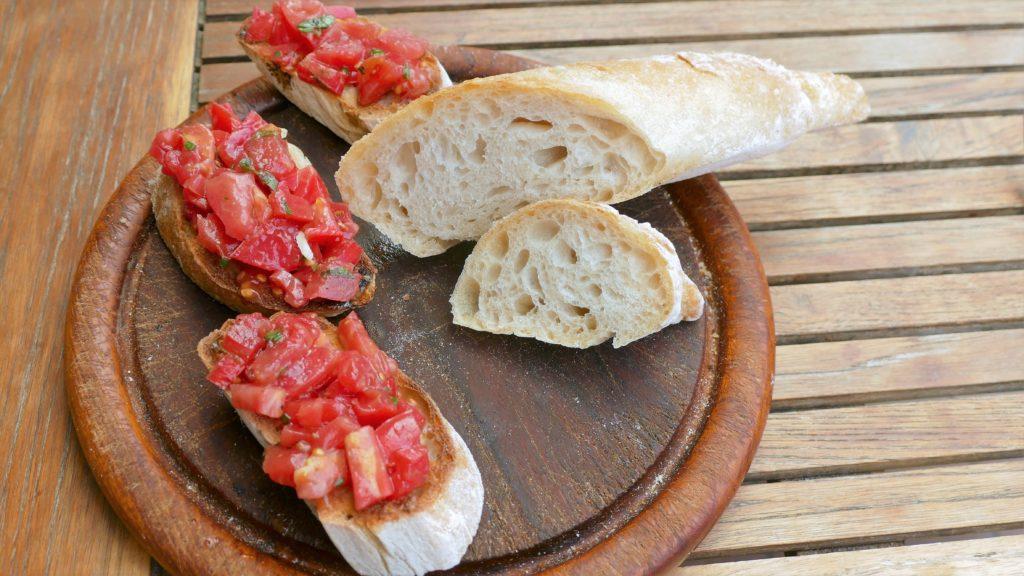 Bruscetta mit frischem Baguette