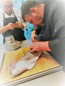 Christian Mittermeiner beim Filetieren einer Meeräsche