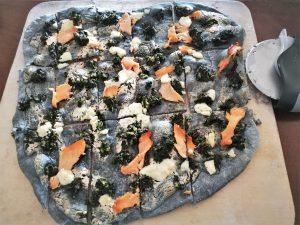 schwarze Pizza mit Lachs