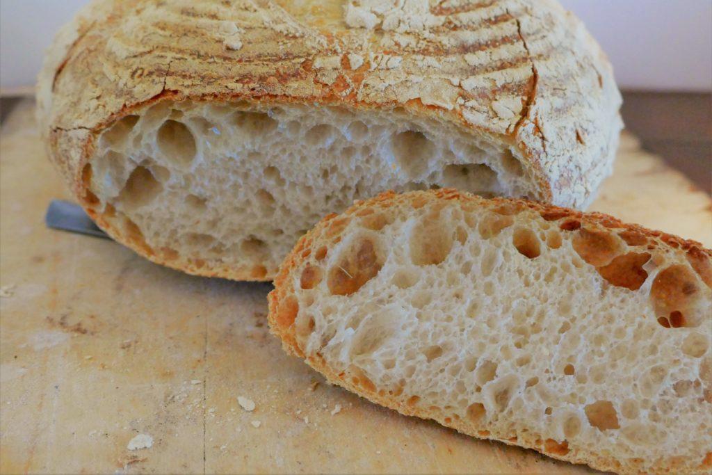 Anschnitt vom Weizensauerteig Brot