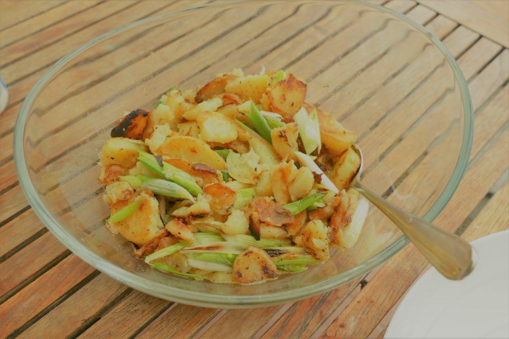 Bratkartoffelsalat in der Schüssel