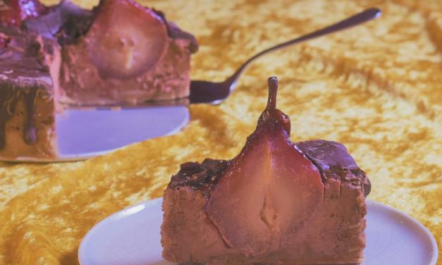 Schokoladen-Cheesecake mit Glühweinbirnen