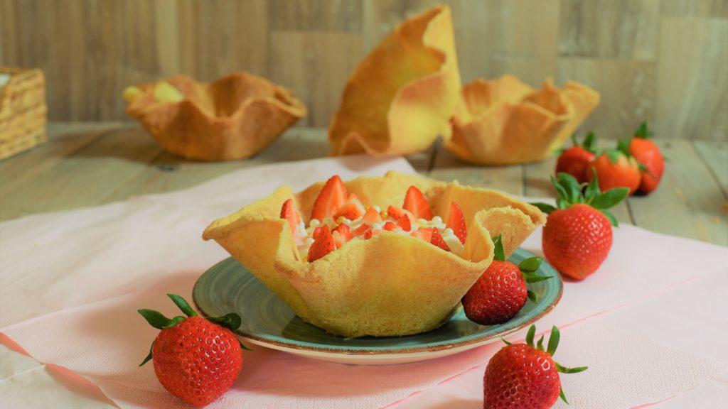 fruchtiges Dessert mit Mürbeteig und Erdbeeren