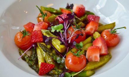 Spargelsalat mit Erdbeeren und Ofentomaten