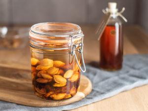 Likör aus Pfirsichkernen